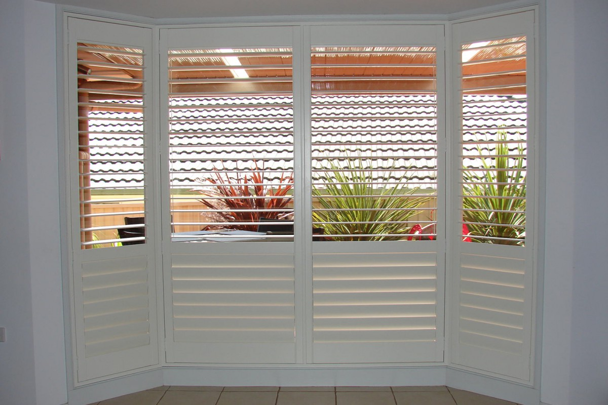 bay window shutters installed - DSC04298