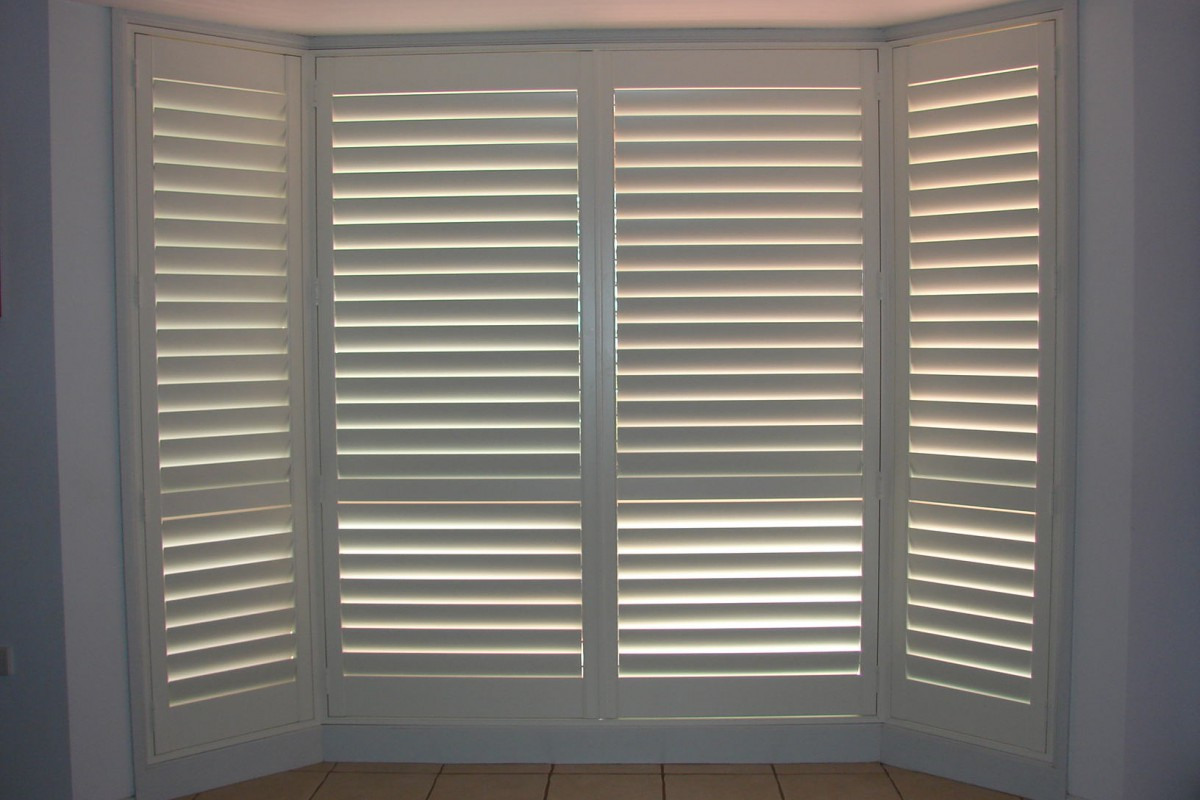 bay window shutters installed - DSC04300