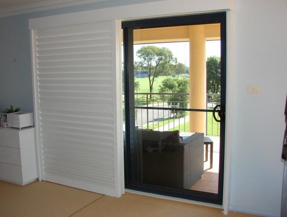 bypass shutters on sliding doorway - DSC05488