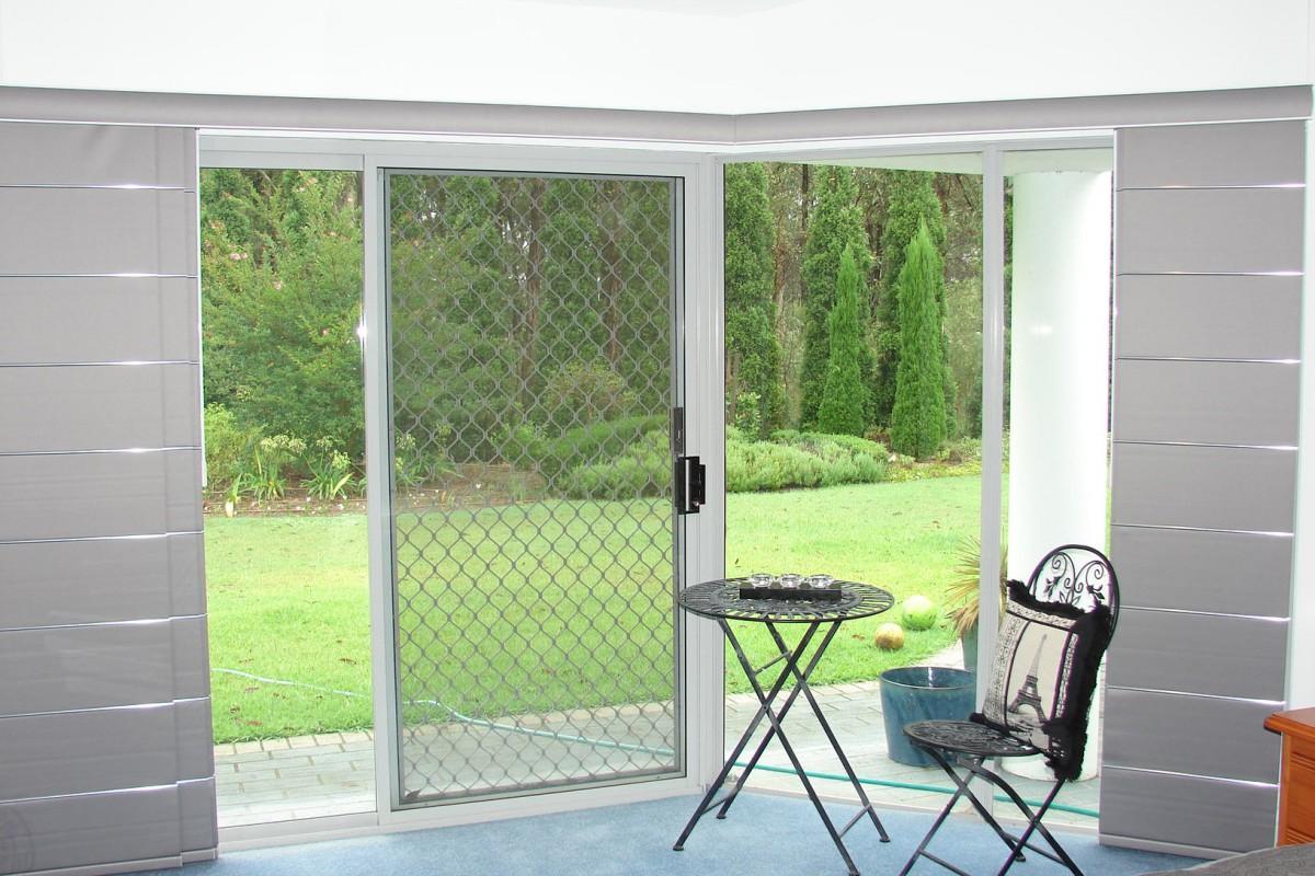 panel glides corner windows - DSC04764